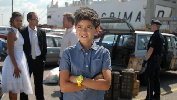 Luis (Emilio Sanmarino) freut sich über seine Befreiung. Auch seine Eltern (Lucia Peraza, Markus Knüfken) sind erleichtert. | Rechte: NDR/Romano Ruhnau