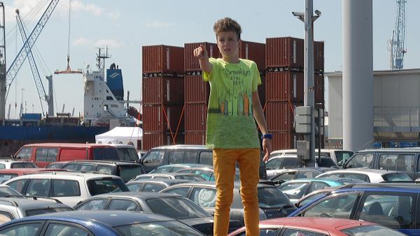 Am Autofährhafen entdeckt Niklas (Jaden Dreier) den zweiten Täter. | Rechte: NDR/Romano Ruhnau