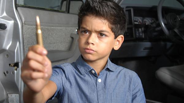 Luis (Emilio Sanmarino) findet eine Schusspatrone. | Rechte: NDR/Romano Ruhnau