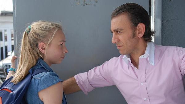 Jessi (Martha Fries) sucht ihren Bruder und wird von Hassan Obeidi (Cem-Ali Gültekin) abgewimmelt. | Rechte: NDR/Romano Ruhnau