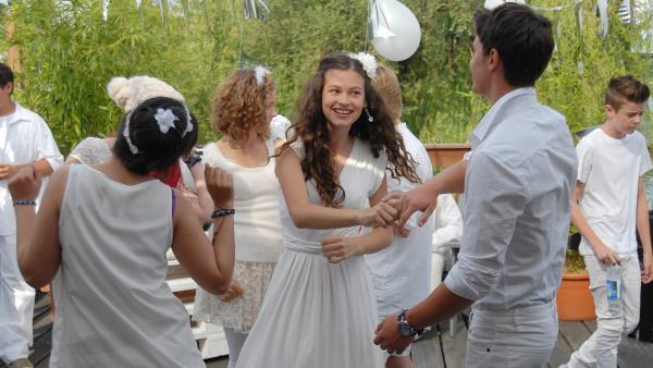 Ceyda (Merle de Villiers) genießt es, mit Ivo (Yannic Eilers) zu tanzen. | Rechte: NDR/Romano Ruhnau