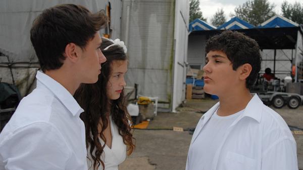 Anton (Danilo Kamber) gefällt Ceydas (Merle de Villiers) neuer Freund Ivo (Yannic Eilers) gar nicht. | Rechte: NDR/Romano Ruhnau