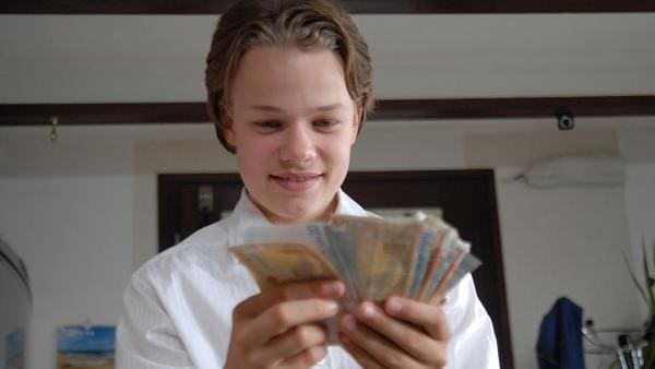 Leon (Luka Krause) hat Familie Cengiz beklaut. | Rechte: NDR/Romano Ruhnau