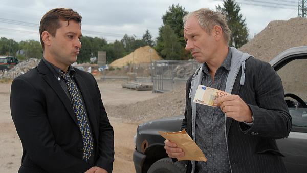 Harald Stucke (Michael Lott, re.) beim Dealen mit Falschgeld. | Rechte: NDR/Romano Ruhnau