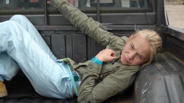 Jessi (Martha Fries) hat sich auf den Pick-Up des Täters geschmuggelt. | Rechte: NDR/Romano Ruhnau