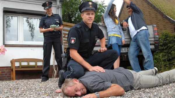 Ceyda und Anton (Merle de Villiers, Danilo Kamber, hinten re.) freuen sich über die Festnahme des Täters Harald Stucke (Michael Lott) durch die Polizei. | Rechte: NDR/Romano Ruhnau
