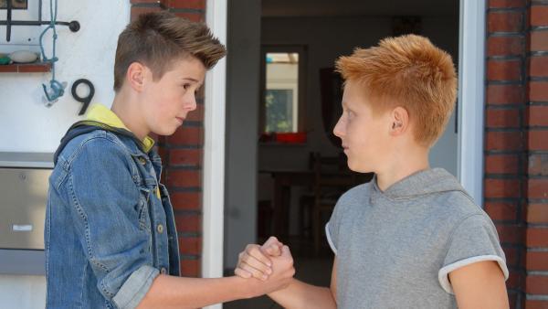 Niklas (Jaden Dreier, li.) und Robin (Timo Glinka, re.) kennen sich aus dem Heim. | Rechte: NDR/Romano Ruhnau