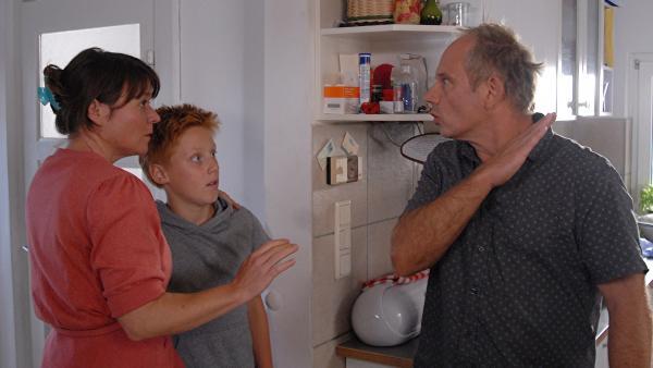 Harald Stucke (Michael Lott) setzt seine Frau Petra (Julia Schmidt) und ihren Sohn Robin (Timo Glinka) unter Druck. | Rechte: NDR/Romano Ruhnau