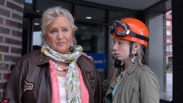 Oma Leni (Doris Kunstmann) ist verzweifelt: Jemand hat ihr Falschgeld untergejubelt. Jessi (Martha Fries) tröstet sie. | Rechte: NDR/Romano Ruhnau