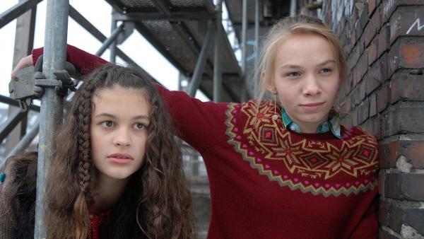 Ceyda (Merle de Villiers) und Jessi (Martha Fries) auf ihrem Beobachtungsposten. | Rechte: NDR/Romano Ruhnau