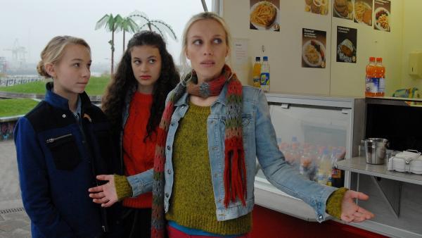 Jessi (Martha Fries) und Ceyda (Merle de Villiers) bei Janin (Lotta Doll) am Imbissstand. | Rechte: NDR/Romano Ruhnau