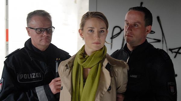 Die Diebin Elena Kirschner (Merle Wasmuth) wird von der Polizei verhaftet. | Rechte: NDR/Romano Ruhnau