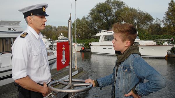 Niklas (Jaden Dreier) im Gespräch mit dem Wasserschutzpolizisten (Roland Kieber). | Rechte: NDR/Romano Ruhnau
