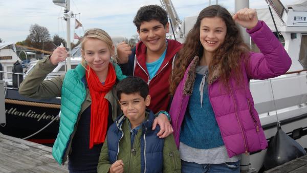 Die Pfefferkörner Jessi (Martha Fries), Luis (Emilio Sanmarino), Anton (Danilo Kamber) und Ceyda (Merle de Villiers) freuen sich über die Festnahme des Täters. | Rechte: NDR/Romano Ruhnau
