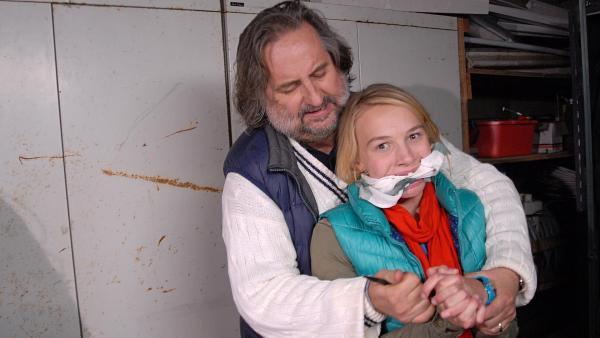 Jessi (Martha Fries) wird vom Bootsinhaber Stefan Willmer (Andreas Windhuis) gefesselt. | Rechte: NDR/Romano Ruhnau