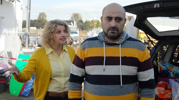 Der Bootsklau führt zu einem Streit zwischen den Eheleuten Sonja Cengiz (Victoria Fleer) und Erol Cengiz (Özgür Karadeniz). | Rechte: NDR/Romano Ruhnau