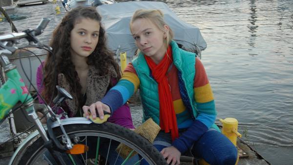 Vom Steg aus beobachten Ceyda (Merle de Villiers) und Jessi (Martha Fries) Sonjas Bruder Jörn. | Rechte: NDR/Romano Ruhnau