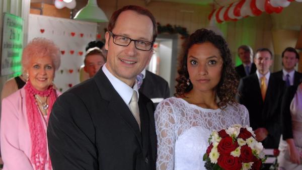 Luis' Eltern Isabell (Lucia Peraza Rios) und Alexander (Markus Knüfken) lassen sich trauen. | Rechte: NDR/Romano Ruhnau