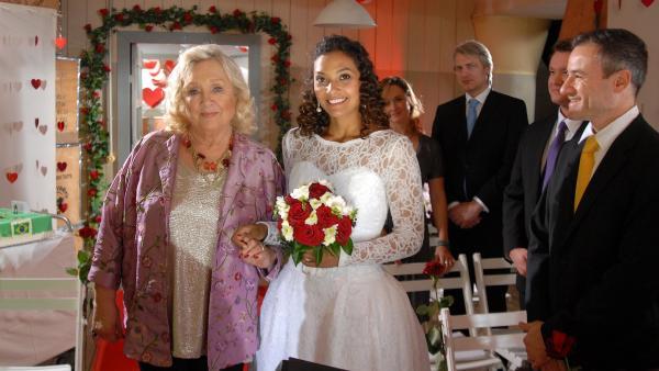 Hochzeitsversuch Nummer zwei: Isabell (Lucia Peraza Rios) mit Oma Leni (Doris Kunstmann) in der Ersatz-Hochzeitslocation - dem Hauptquartier. | Rechte: NDR/Romano Ruhnau