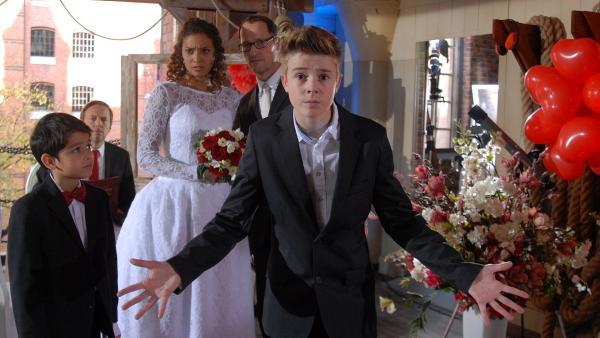 Niklas (Jaden Dreier) weiht die Hochzeitsgäste ein: im Kontor halten sich Juwelendiebe auf. | Rechte: NDR/Romano Ruhnau