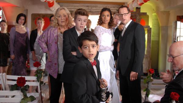 Luis (Emilio Sanmarino) mit dem Juwelenfund auf der Hochzeit seiner Eltern. | Rechte: NDR/Romano Ruhnau