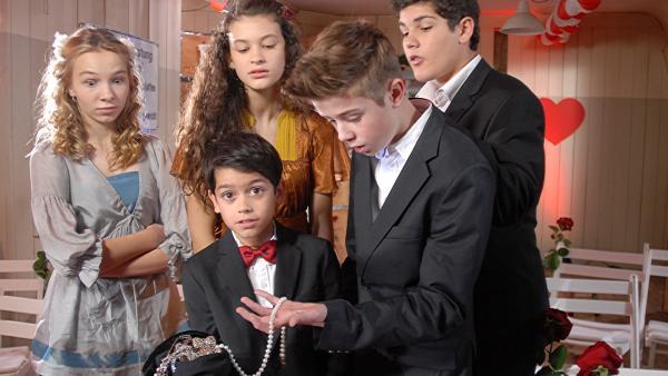Luis (Emilio Sanmarino) präsentiert den Juwelenfund. Jessi (Martha Fries, li.), Ceyda (Merle de Villiers), Niklas (Jaden Dreier) und Anton (Danilo Kamber) staunen nicht schlecht.   Rechte: NDR/Romano Ruhnau