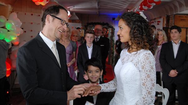 Luis (Emilio Sanmarino) ist glücklich über die Hochzeit seiner Eltern Alexander (Markus Knüfken) und Isabell (Lucia Peraza Rios). | Rechte: NDR/Romano Ruhnau