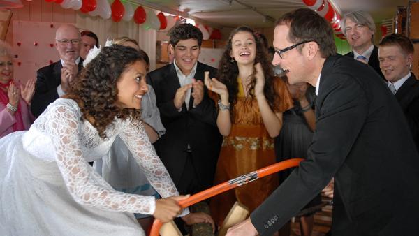 Isabell (Lucia Peraza Rios) und Alexander (Markus Knüfken) haben Spaß auf ihrer Hochzeit im Hauptquartier. | Rechte: NDR/Romano Ruhnau