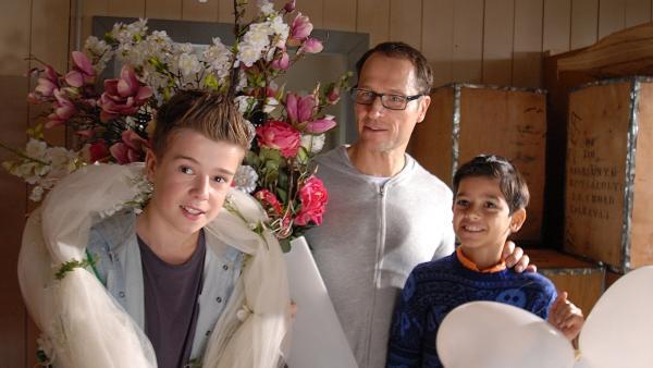 Alexander Amsinck (Markus Knüfken), Niklas (Jaden Dreier, li.) sowie Luis (Emilio Sanmarino, re.) haben Spaß mit der Hochzeitsdekoration. | Rechte: NDR/Romano Ruhnau