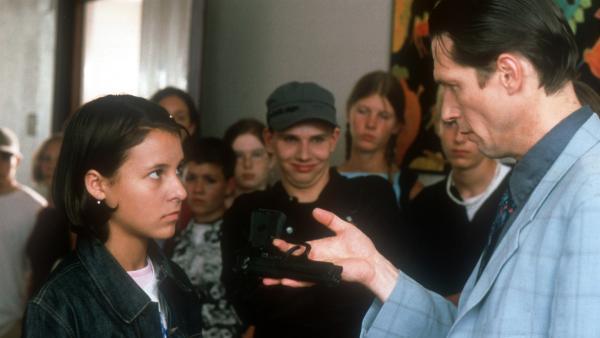 Ausgerechnet in Janas (Vijessna Ferkic, li.) Rucksack hat der Schuldirektor (Günter Schaupp, re.) die Pistole gefunden! | Rechte: NDR/Baernd Fraatz