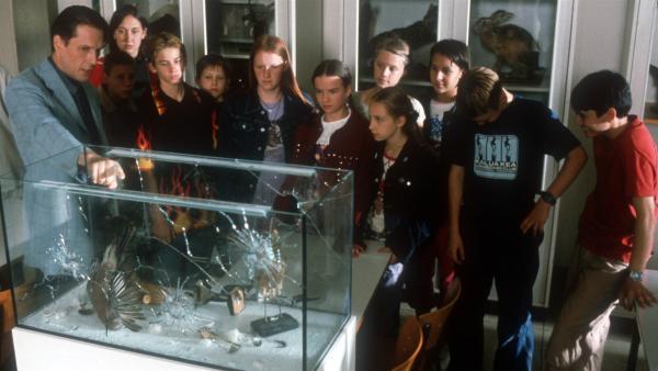 Aufregung in der Schule! Auf die Schaukästen im Biosaal wurde geschossen! | Rechte: NDR/Baernd Fraatz