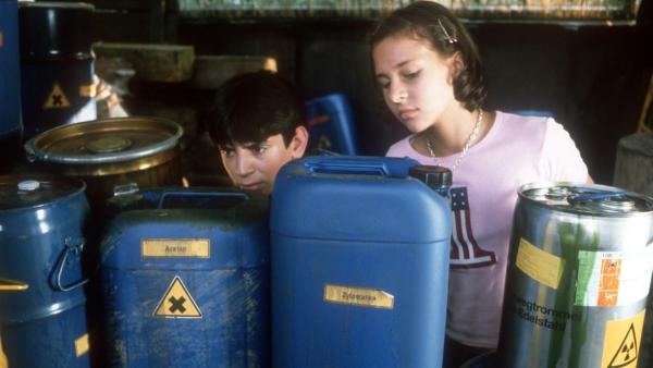Cem (Ihsan Ay) und Jana (Anna-Elena Herzog) entdecken ein Lager mit giftigem Sondermüll. | Rechte: NDR/Baernd Fraatz