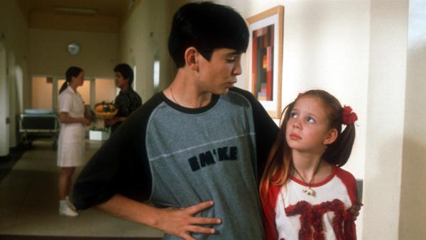 Cem (Ihsan Ay) kümmert sich im Krankenhaus besonders gerne um seinen Schützling Johanna (Carlotta Cornehl). | Rechte: NDR/Baernd Fraatz
