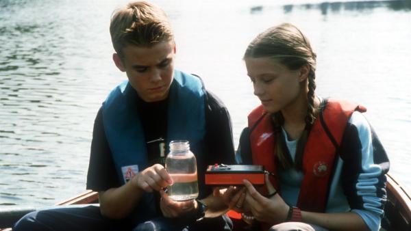Natascha (Vijessna Ferkic) und Fiete (Julian Paeth) entdecken einen Umweltskandal! | Rechte: NDR/Baernd Fraatz