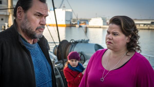 Jale (Ava Sophie Richter, Mitte) observiert Tietje Hahn (Markus John) und seine Assistentin Molly (Nadine Wrietz). | Rechte: NDR/Boris Laewen