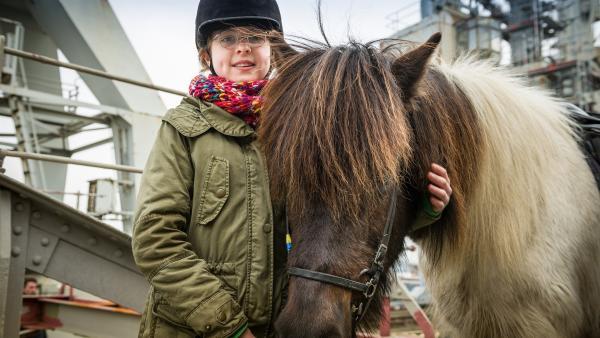 Pinja (Sina Michel) liebt Pferde und freut sich, dass sie helfen kann. | Rechte: NDR/Boris Laewen