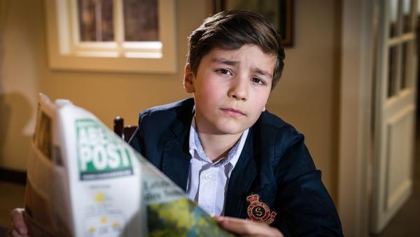 Noch liest Ramin (Jann Piet) lieber die Zeitung als mit seiner Schwester Detektiv zu spielen.... | Rechte: NDR/Boris Laewen