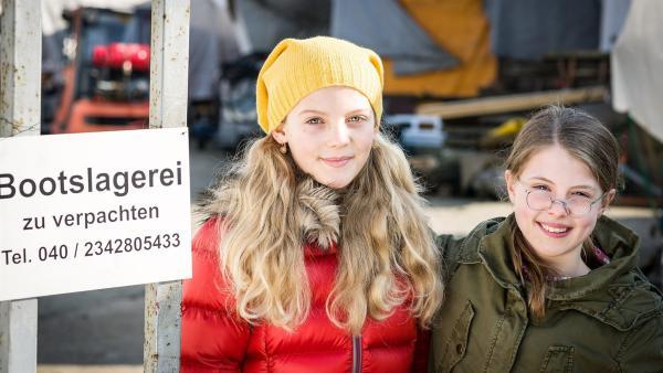 Stella (Zoë Malia Moon) und Pinja (Sina Michel) ziehen mit ihrer Mutter auf die alte Bootslagerei. | Rechte: NDR/Boris Laewen