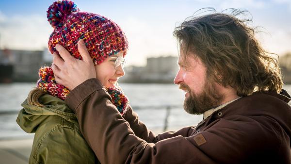 Endlich kann Pinja (Sina Michel) ihren Vater Jonne (Mathias Harrebye Brandt) wiedersehen. | Rechte: NDR/Boris Laewen