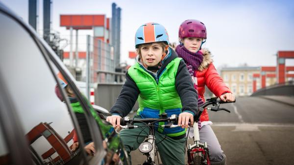 Till (Otto von Grevenmoor) und Stella (Zoe Malia Moon) observieren einen Friseursalon in der Hafencity. | Rechte: NDR/Boris Laewen