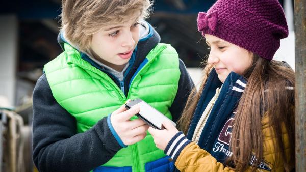 Jale (Ava Sophie Richter, rechts) will das ominöse Handy als Beweismittel behalten; Till (Otto von Grevenmoor) ist skeptisch. | Rechte: NDR/Boris Laewen