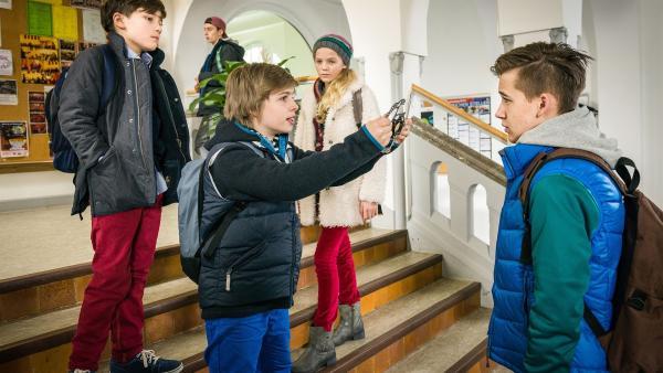 Till (Otto von Grevenmoor, Mitte) konfrontiert Gunar (Liam Lübben) mit der zerbrochenen Bremse. | Rechte: NDR/Boris Laewen