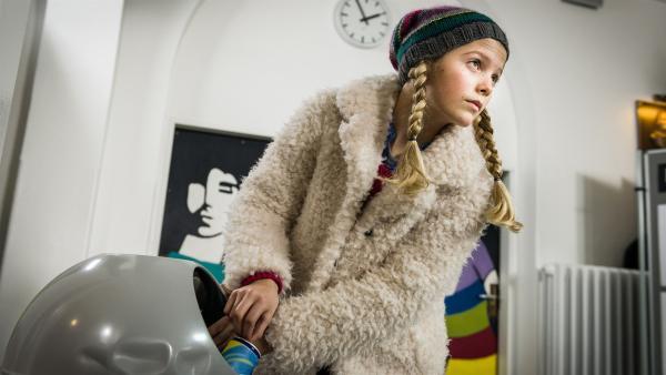 Heimlich sucht Stella (Zoë Malia Moon) nach Fingerabdrücken von Gunar... | Rechte: NDR/Boris Laewen