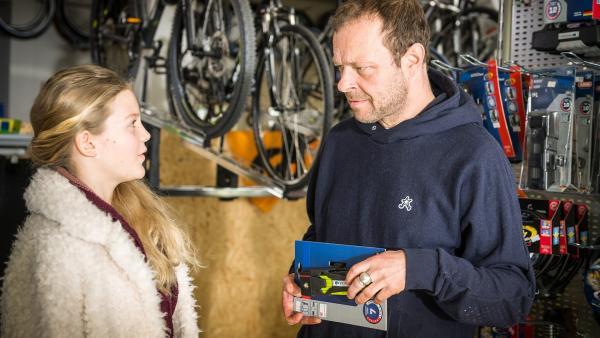 Stella (Zoë Malia Moon) verwickelt den Fahrradladenbesitzer Hajo Böhme (Hanns Jörg Krumpholz) in ein Gespräch | Rechte: NDR/Boris Laewen