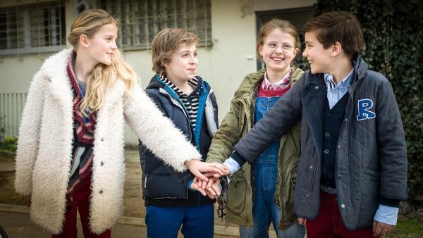 Fall gelöst: Stella (Zoë Malia Moon), Till (Otto von Grevenmoor), Pinja (Sina Michel) und Ramin (Jann Piet) schlagen ein. | Rechte: NDR/Boris Laewen