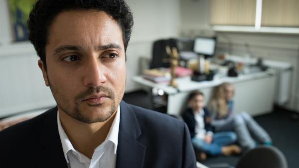 Aram Askarian (Omar El-Saeidi) hat Ramin (Jann Piet) und Stella (Zoë Malia Moon) als Geiseln genommen. | Rechte: NDR/Boris Laewen