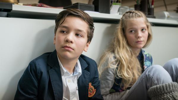Die Geiseln Ramin (Jann Piet) und Stella (Zoë Malia Moon) sind dringend auf die Hilfe der Pfefferkörner angewiesen. | Rechte: NDR/Boris Laewen