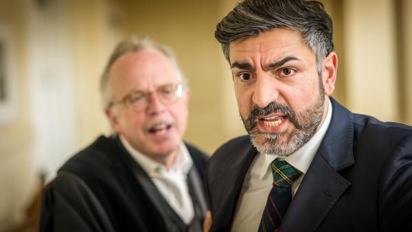 Richter Rathmann (Markus Stollberg, links) versucht, Navid Dschami (Neil Malik Abdullah) zu beruhigen.  | Rechte: NDR/Boris Laewen