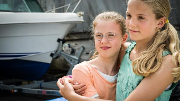 Gerade nochmal gut gegangen: Überglücklich schließen sich Pinja (Sina Michel) und Stella (Zoë Malia Moon) in die Arme. | Rechte: NDR/Boris Laewen
