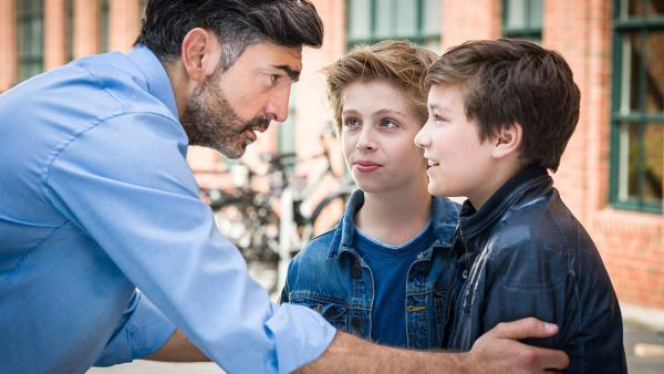 Navid (Neil Malik Abdullah, links) ist erleichtert, als er seinen Sohn Ramin (Jann Piet, rechts) und Till (Otto von Grevenmoor) unbeschadet in die Arme schließen kann.   Rechte: NDR/Boris Laewen